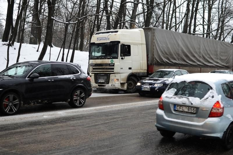 Klaipėdos ir Švėkšnos rajonuose dalis kelių pasidengė plikledžiu
