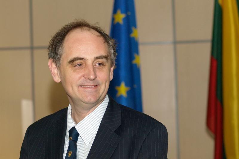 E.Lucasas: Baltijos šalių oro erdvę galėtų saugoti ne tik NATO