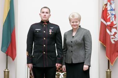 Prezidentė apdovanojo kariūną už išgelbėtą gyvybę
