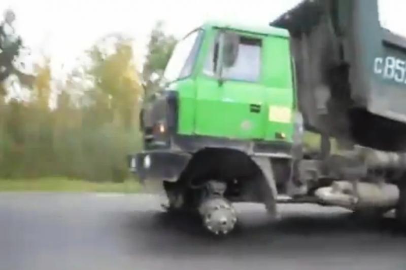 Sunkvežimio vairuotojas įrodė, kad galima važiuoti be priekinio rato