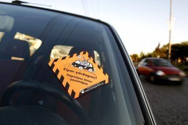 Vairuotojus auklėja kandžiais lipdukais
