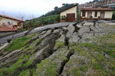 Žemės nuošliauža pasigailėjo Italijos miestelio