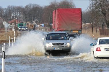 Potvynis iš pamario traukiasi