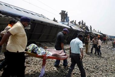 Indijoje nuo bėgių nuriedėjus traukiniui žuvo mažiausiai 65 žmonės