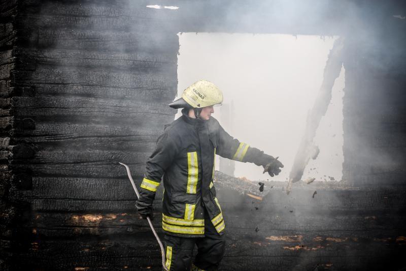 Ugniagesiai sunerimę: savaitgalį gaisrai pasiglemžė šešias gyvybes