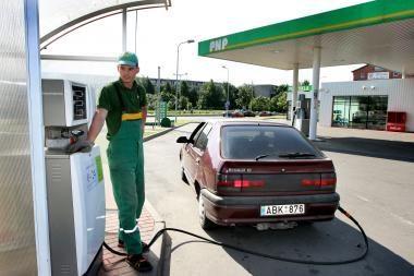 Vairuotojai kasmet pilasi vis mažiau dujų