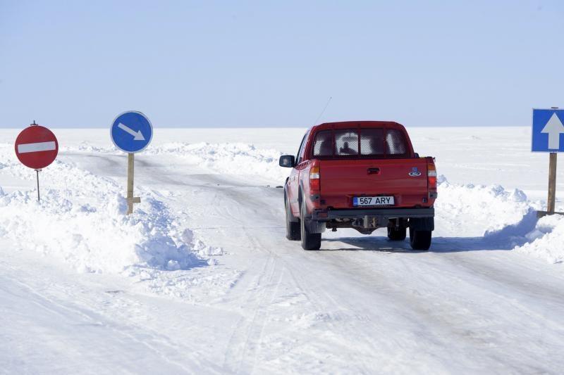Estijoje salų gyventojai važinėja ledo keliais