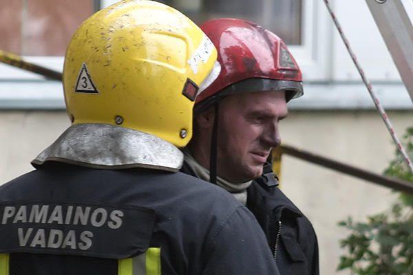 Iš degančio bendrabučio evakuoti visi jo gyventojai (papildyta)