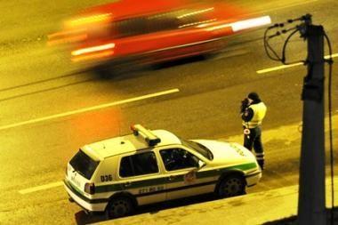 Neveikiant greičio matuokliams policija stebės akyliau