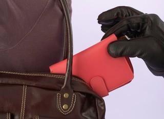 Paauglys grasino žaisliniu pistoletu