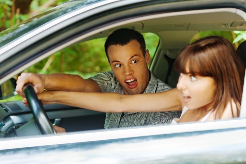 Tarp pavojingai menevruojančių vairuotojų – ir dvi moterys