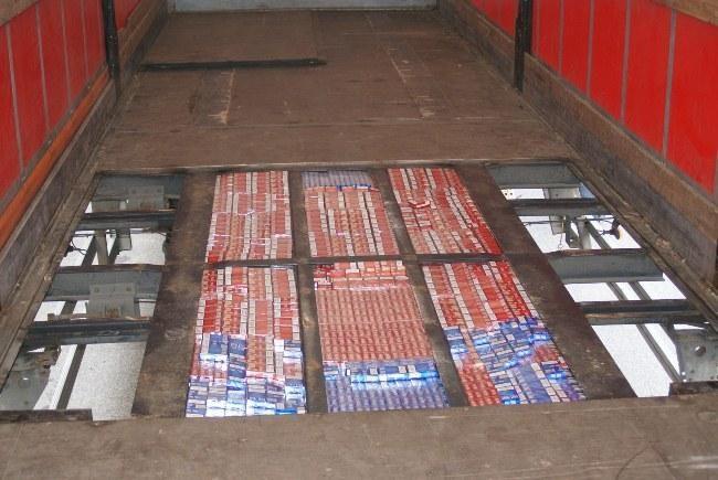 Baltarusių vilkikuose – 300 tūkst. litų vertės cigarečių kontrabanda