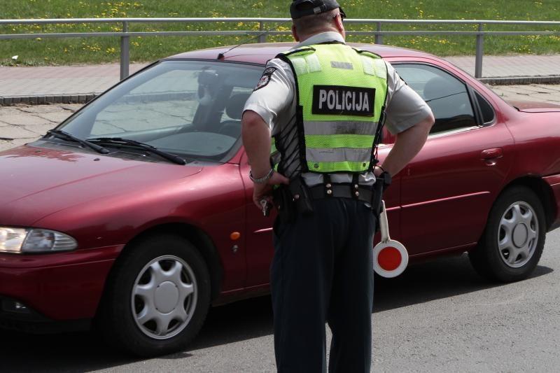 Neblaivus vairuotojas policininkus bandė papirkti cementu