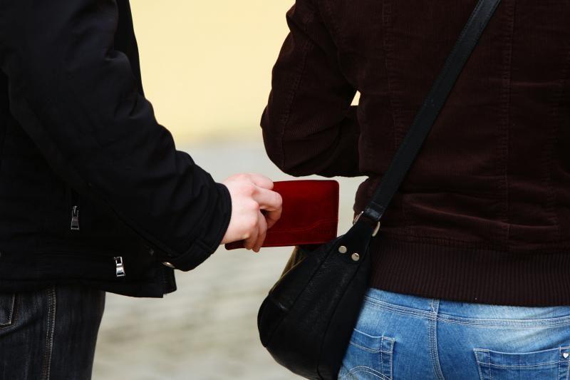 Policija pričiupo piniginės vagyste įtariamus nepilnamečius