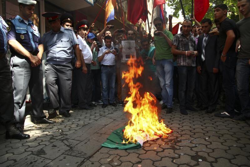 Armėnai Jerevane sudegino Vengrijos veliavą