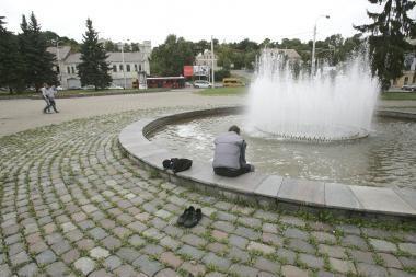 Kodėl prie fontano nėra suoliukų?