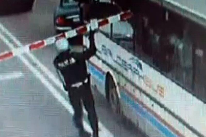 Vaikus vežęs autobusas vos nepakliuvo po traukiniu