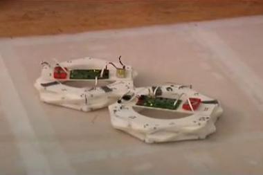 Sukurti robotai, gebantys savarankiškai jungtis