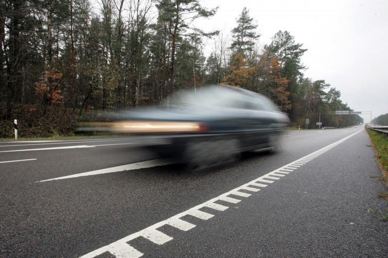 Kelyje Vilnius–Marijampolė apvirtus benzinvežiui, draudžiamas eismas