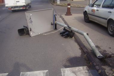 Surastas šviesoforą nudaužęs vairuotojas (papildyta)