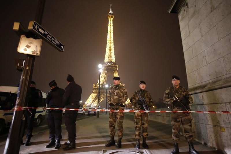 Iš Eifelio bokšto dėl bombos pavojaus buvo evakuoti žmonės (foto)