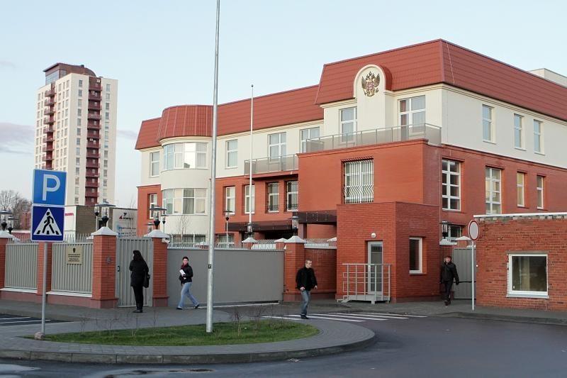 Ant Rusijos konsulato tvoros – plakatas, ginantis karininkus