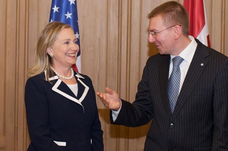 H.Clinton atvyko į 100-ąją šalį – Latviją