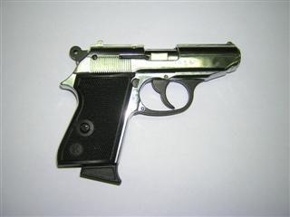 Iš bendrovės automobilio vagys pavogė ginklus