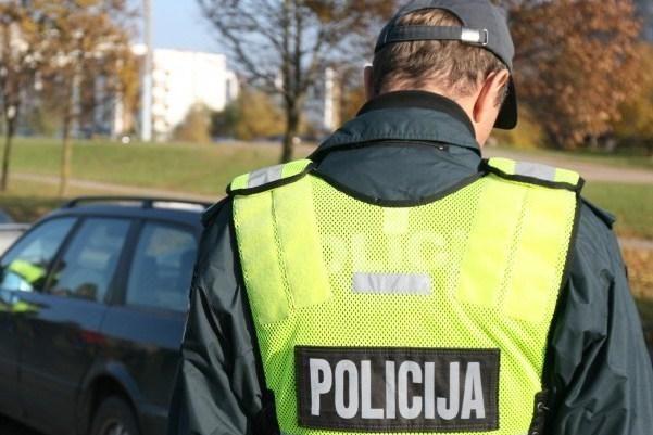 Plungėje neblaivus kriminalistas rėžėsi į šalikelėje stovėjusią mašiną