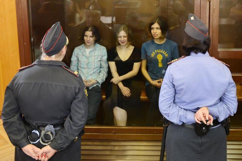 """Rusijos teismas paliko už grotų dvi """"Pussy Riot"""" nares, trečią paleido"""