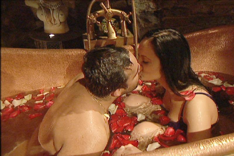 Besimaudydamas vonioje Radži aistringai bučiavo savo nuotaką