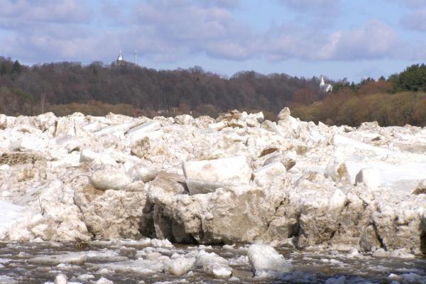 Potvynis pamaryje: kariai gali sprogdinti ledus Atmatoje