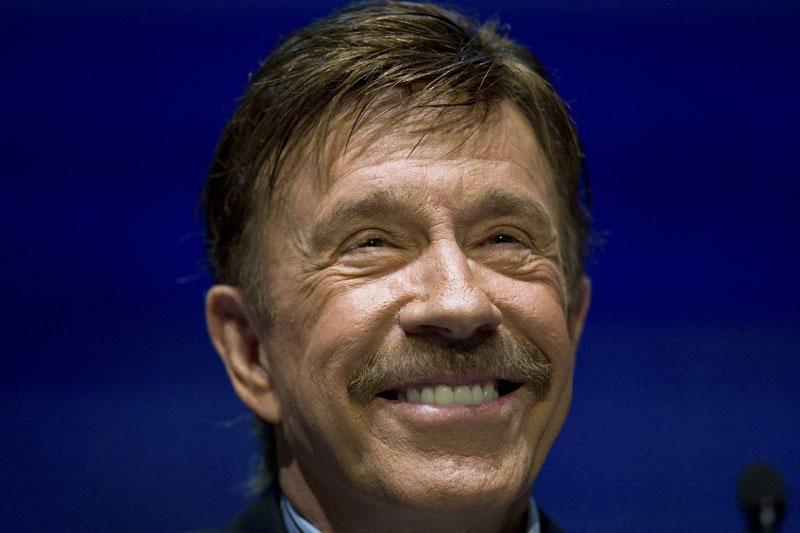 Chuckui Norrisui plaukia ir kauniečių sveikinimai (papildyta)