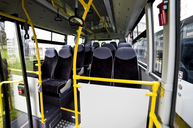 Autobusų vairuotojams uždraus juoktis, valgyti ir kramtyti gumą