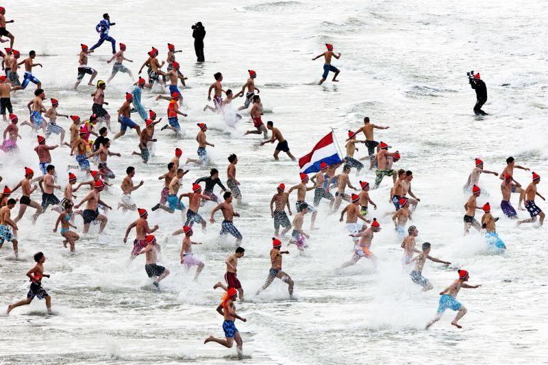 Naujųjų metų dieną 40 tūkst. žmonių išsimaudė ledinėje Šiaurės jūroje