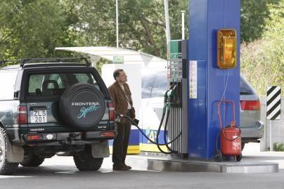 Degalų kainos dar risis žemyn