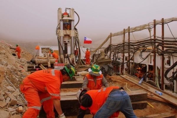 Į užverstą Čilės kasyklą atvežta kapsulė, kuria kalnakasiai bus iškelti iš šachtos
