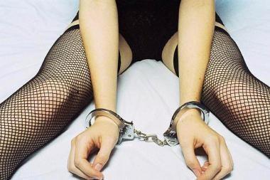 Seserį pardavė į sekso vergiją
