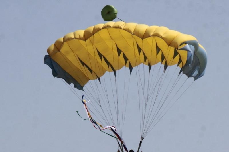 90 – tąjį gimtadienį paminėjo šokdama parašiutu