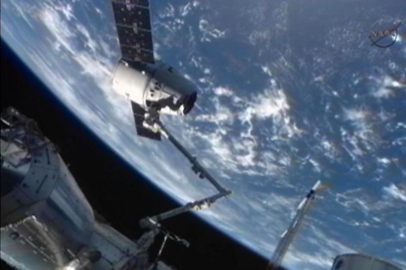 """""""SpaceX"""" kosminė kapsulė pliumptelėjo Ramiajame vandenyne"""