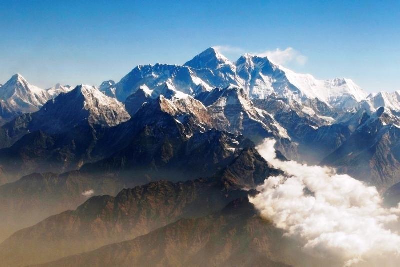 Leisdamiesi nuo Everesto žuvo trys alpinistai