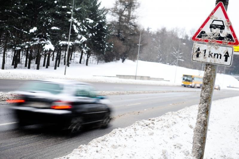 Ketvirtadienio rytą šalies keliuose yra slidžių ruožų