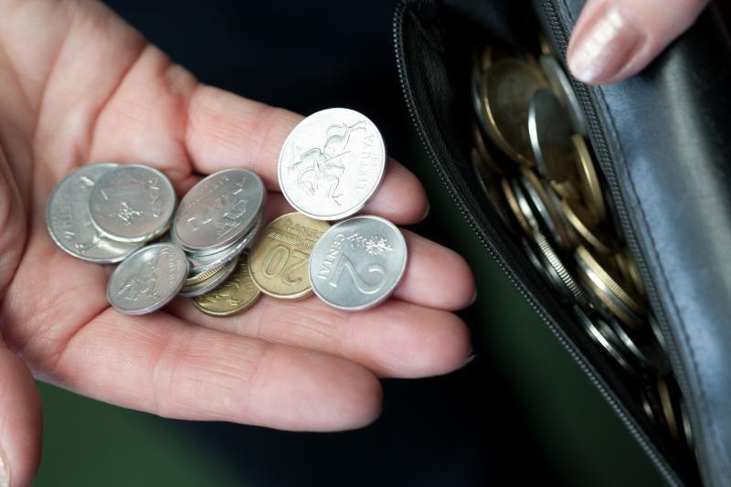 Pensininkė telefoniniam sukčiui atidavė banko kortelę