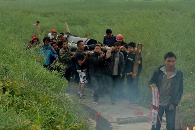 Kinijoje gelbėtojų pastangoms trukdo nuošliaužos ir nuolaužų krūvos