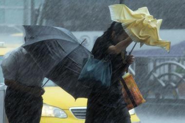 Taivane siautėjo mirtinas taifūnas (video)
