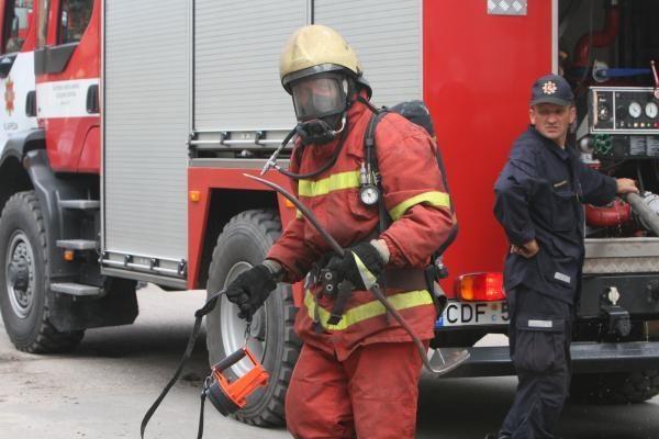 Vilniuje užsiliepsnojo apleistas pastatas prie šv. Jokūbo ligoninės