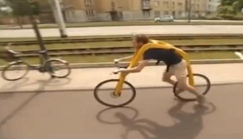 Vokiečiai sukūrė dviratį be sėdynės ir pedalų