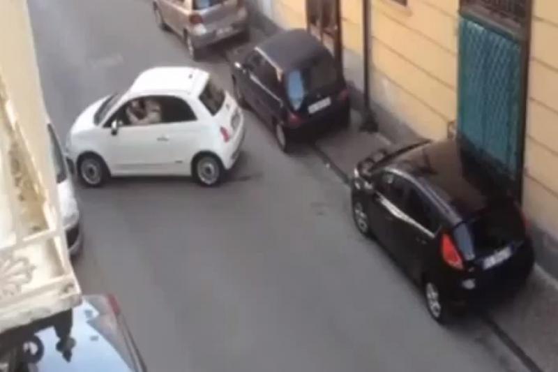 Fiasko už vairo sukėlė įspūdingą spūstį Neapolyje