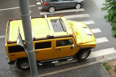 """GM svarsto pasiūlymą parduoti """"Hummer"""""""