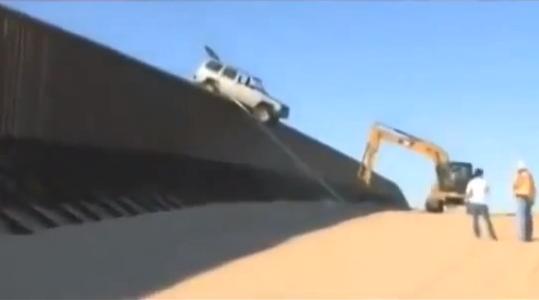Neteisėtų imigrantų automobilis pakibo ant JAV sieną žyminčios tvoros